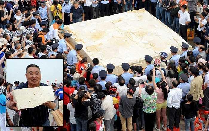 Thực khách thưởng thức miếng đậu phụ nặng 8 tấn, dài 3,64m; rộng 3,62m và cao 0,4m  ở thành phố Hoài Nam, tỉnh An Huy ngày 15/9