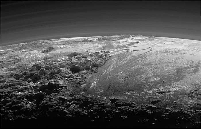 Cận cảnh núi băng gồ ghề và đồng bằng trên sao Diêm Vương do tàu vũ trụ New Horizons của NASA ghi lại