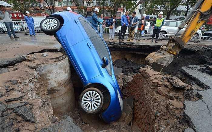 Chiếc xe ô tô lao xuống 'hố tử thần' ở giữa một con đường tại thành phố Lan Châu, Trung Quốc