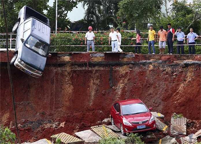 Một 'hố tử thần' khác xuất hiện trên bãi đỗ xe ở Hải Khẩu, tỉnh Hải Nam, Trung Quốc