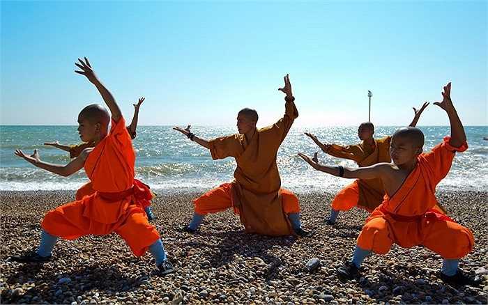 Các đệ tử Thiếu Lâm tập luyện trên bãi biển Bognor Regis trước khi tham dự chương trình ở nhà hát Peacock, London