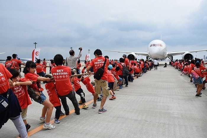 166 học sinh và 112 phụ huynh hợp lực kéo chiếc máy bay Boeing 787 tại sân bay quốc tế Narita,Tokyo, Nhật Bản