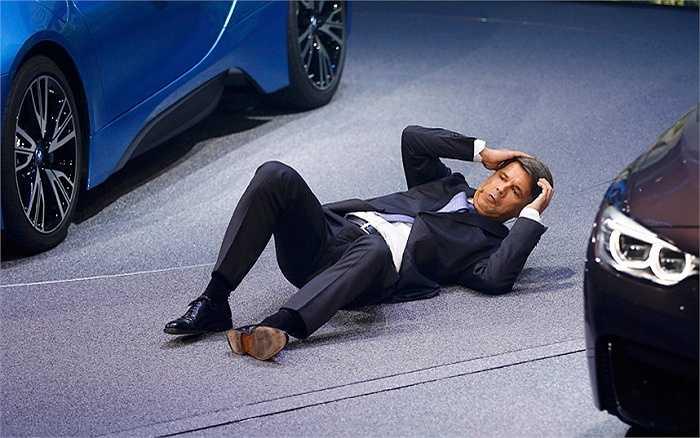 CEO mới của hãng xe BMW bất ngờ bị ngã ngay trên sân khấu khi đang phát biểu ở triển lãm xe hơi Frankfurt, Đức