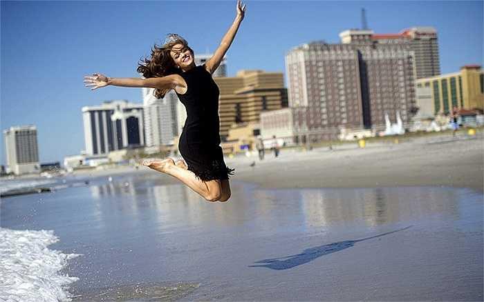 Hoa hậu Mỹ 2016 Betty Cantrell chụp ảnh trên bãi biển sau khi giành chiến thắng cuộc thi Hoa hậu Mỹ lần thứ 95 vừa diễn ra ở Boardwalk Hall, thành phố Atlantic