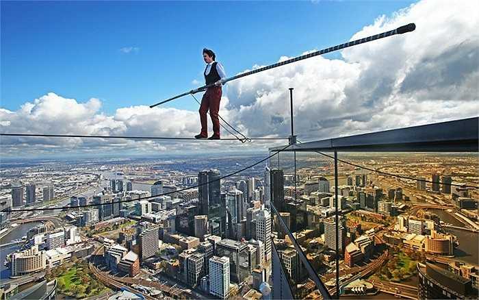 Nghệ sĩ đi dây Kane Petersen thực hiện thành công màn trình diễn đi trên dây ở độ cao 300m trên tòa nhà chọc trời Eureka Skydeck 88 ở thành phố Melbourne, Australia