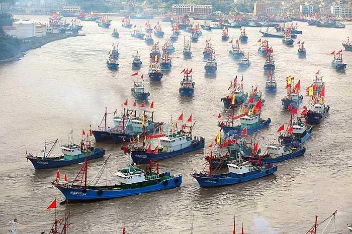 Các tàu cá Trung Quốc rời cảng Shipu sau khi lệnh đánh bắt cá kết thúc ở thành phố Ninh Ba, tỉnh Chiết Giang, Trung Quốc