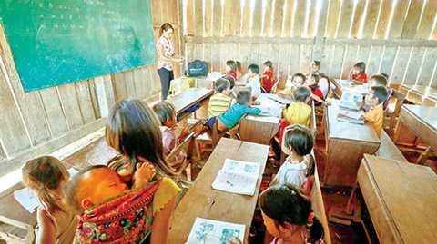 Từ năm 2006, UBND xã Ea Kiết và người dân thôn H'Mông đã xây dựng ba phòng học cho trẻ mẫu giáo, học sinh lớp 1 và lớp 2, cách thôn khoảng 4km đường rừng