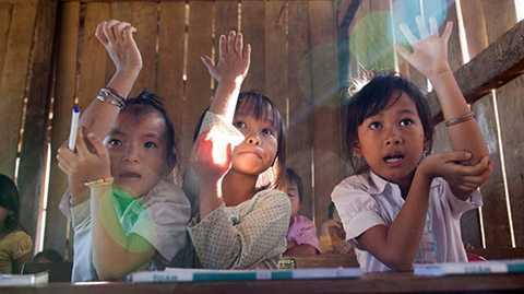 Từ trái qua phải: em Lù Thị Khuyên, Mai Thị Kiều Út và Lù Thị Phan là ba học sinh chăm chỉ và thường xuyên phát biểu nhất của lớp 2H, điểm trường thôn H'Mông