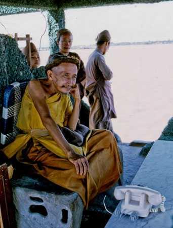 Đạo Dừa Nguyễn Thành Nam trong một lần tiếp khách nước ngoài. Ảnh: Wilbur E. Garrett.