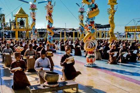 Tín đồ đạo Dừa hành lễ ở sân Chín Rồng.