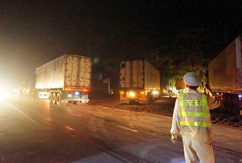 Các xe container dừng đỗ gây mất trật tự an toàn giao thông