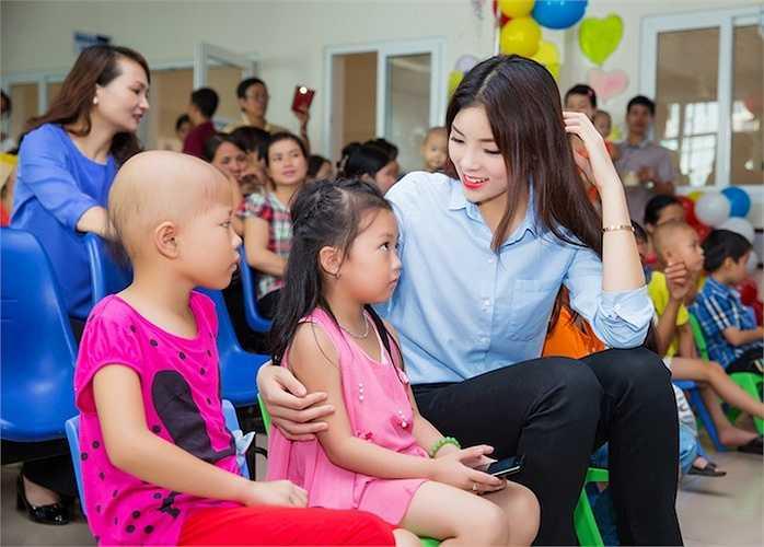 Hoa hậu Việt Nam 2014 Nguyễn Cao Kỳ Duyên đã cùng mẹ tham gia một chương trình từ thiện.