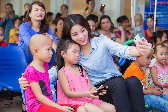 Chương trình 'Vui hội trăng rằm' được tổ chức để mang đến một ngày Trung Thu đầm ấm cho các em nhỏ đang điều trị bệnh tại bệnh viện K Hà Nội.