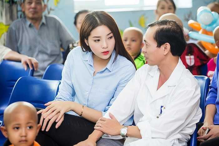 Cô cũng lắng nghe hoàn cảnh của nhiều gia đình đang có con em chữa bệnh tại đây.