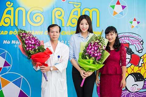 Hoa hậu chụp ảnh kỷ niệm cùng ban tổ chức và các bác sĩ của bệnh viện K.