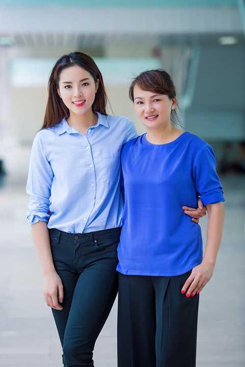 Mẹ của hoa hậu Kỳ Duyên luôn đồng hành cùng con gái trong các chuyến từ thiện. (Ảnh: Như Hoàn)