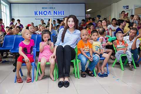 Luôn bận rộn với việc học tập và tham gia các sự kiện, nhưng Nguyễn Cao Kỳ Duyên vẫn không quên sứ mệnh của mình trong các hoạt động thiện nguyện.