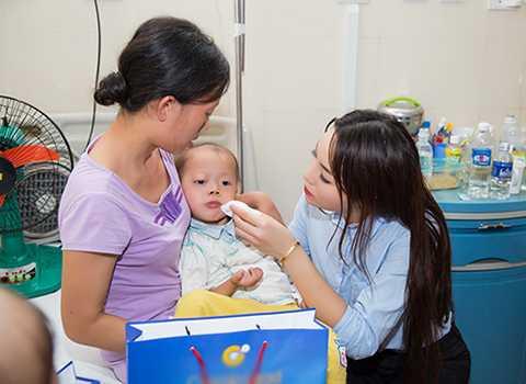 Hoa hậu Kỳ Duyên cùng mẹ của mình đã tới tận giường bệnh của từng em nhỏ để tặng quà và chia sẻ hoàn cảnh của những em nhỏ đang mang trong mình căn bệnh quái ác.