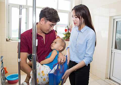 Kỳ Duyên vô cùng xúc động khi nhìn thấy các em nhỏ ngây thơ đang phải từng ngày chiến đấu với bệnh tật.