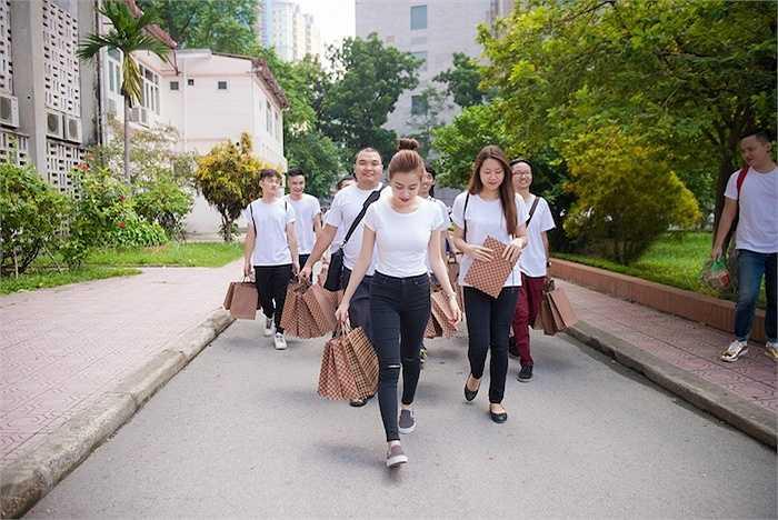 Sáng ngày 20/9, Hoàng Thùy Linh cùng các bạn trong FanClub Hà Nội đã có buổi đến thăm, trao đổi với phòng Công tác Xã hội đồng thời tặng quà đến các em nhỏ tại Bệnh viện Nhi Trung ương nhân dịp Rằm Trung Thu sắp đến.