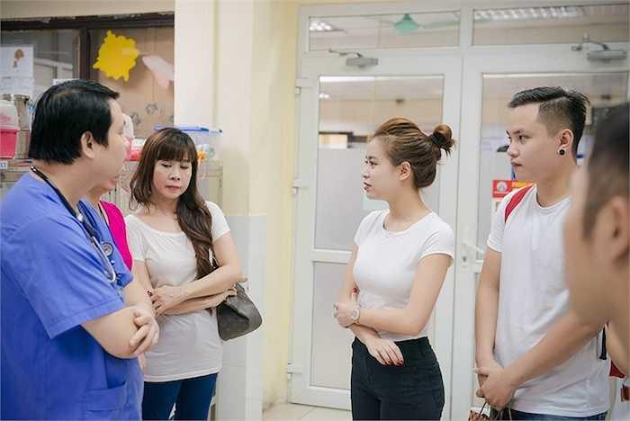 Đồng thời, Hoàng Thùy Linh cùng các thành viên trong FC đã tận tay gửi những món quà Trung thu đến các em nhỏ trong bệnh viện với mong muốn gửi đến các em một mùa Trung Thu đủ đầy, ấm áp.