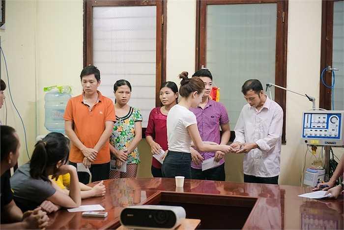 Hoàng Thuỳ Linh cũng gửi đến gia đình bệnh nhi những phần quà nhỏ để động viên tinh thần mọi người.