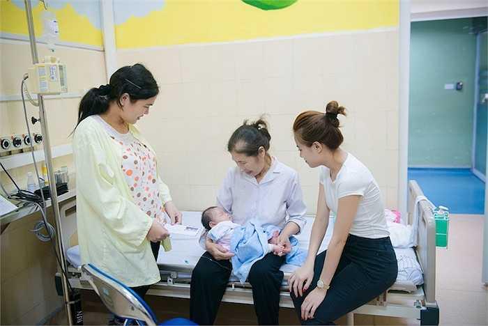 Cô đã trực tiếp tặng quà đến các bé đang nằm tại Khoa Hồi sức Ngoại.