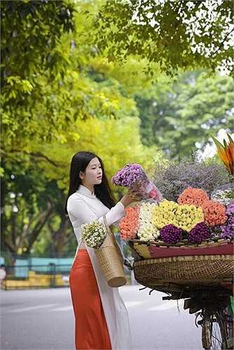 'Hà Nội mùa thu, cây cơm nguội vàng, cây bàng lá đỏ...' là câu hát quen thuộc trong ca khúc 'Nhớ mùa thu Hà Nội' của nhạc sỹ Trịnh Công Sơn.
