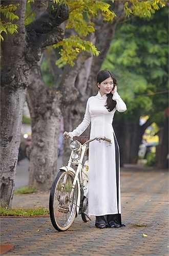Bộ ảnh được thực hiện trên hai con phố gắn liền với ca khúc 'Nhớ mùa thu Hà Nội', đó là đường Hoàng Diệu và Yên Phụ.