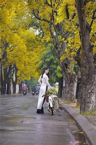 Hình ảnh thiếu nữ lãng mạn trong chiều thu Hà Nội.