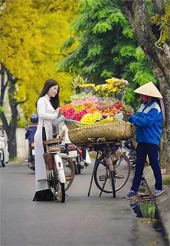 Thiếu nữ dịu dàng trong tà áo dài trắng tinh khôi, lãng đãng trên con phố thu Hà Nội