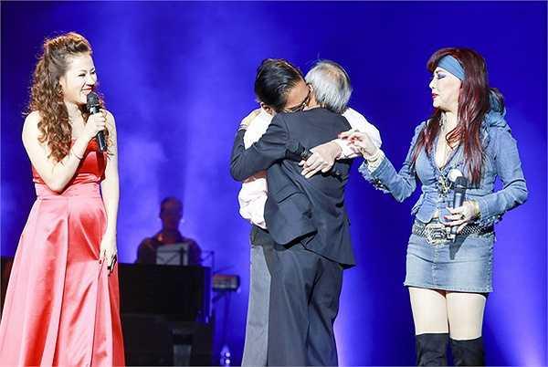 Chính cái sự 'điên' rất nghệ sĩ ấy đã khiến cho phần song ca giữa chị và ca sĩ Tùng Dương với 'Đường xưa' và 'Lạc lối' đã làm khán giả đứng ngồi không yên, vỗ tay không ngừng.