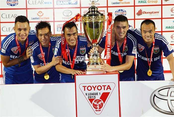 B.Bình Dương đã vô địch V-League sớm 2 vòng đấu. Tuy vậy, họ chọn sân Cao Lãnh (Đồng Tháp) là điểm thi dấu ấn chiến tích của họ. (Ảnh: VSI)