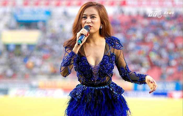 Hoàng Thùy Linh được mời về biểu diễn trước trận đấu. (Ảnh: VSI)