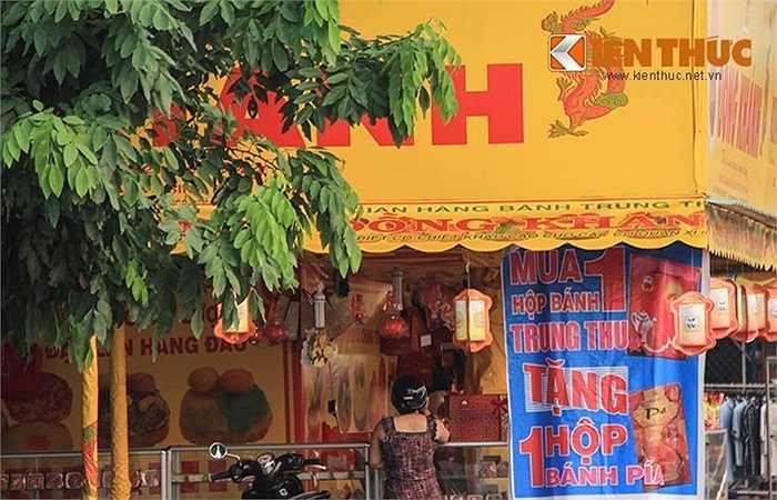 Có cửa hàng còn trưng cả bánh pía ra để tặng kèm khách mua bánh Trung thu.