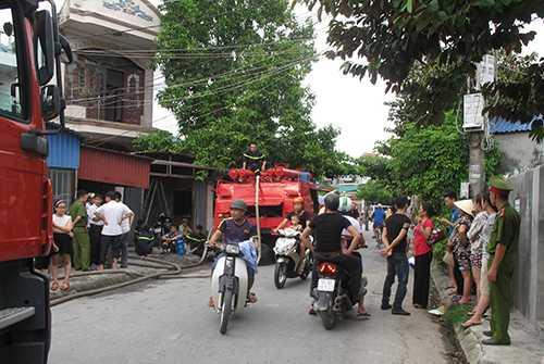 Lực lượng chức năng đã kịp thời dập lửa, đưa nạn nhân đi cấp cứu và tiến hành điều tra làm rõ nguyên nhân vụ cháy