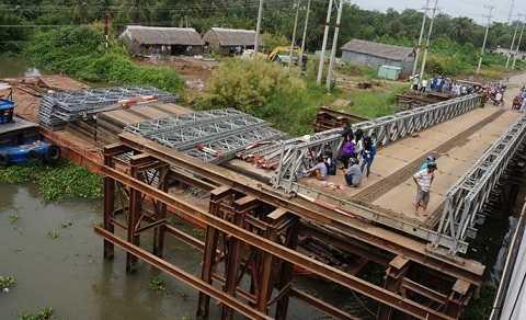 Cầu bị tháo dỡ một nửa, nơi xe máy lao xuống sông - Ảnh: Hoàng Phương