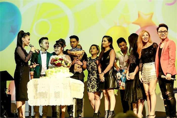 Đặc biệt, các học trò thân thiết của nữ ca sỹ như Trúc Nhân, Trang Pháp cùng những gương mặt mới từ Vietnam Idol 2015 cũng có mặt để chúc mừng 'cô giáo'.