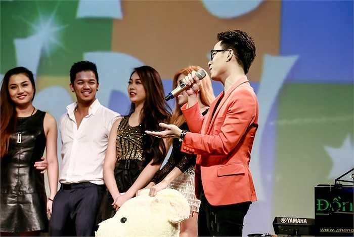 Đến phần hát chúc mừng sinh nhật, Thu Minh đã thử thách những đàn em của mình khi yêu cầu mỗi người phải hát bài Happy Birthday bằng những phong cách khác nhau.