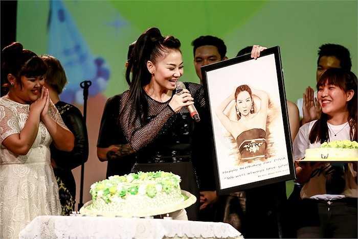 Nữ ca sỹ còn hài hước nhờ Dương Khắc Linh ngồi bên cạnh chồng Tây dịch giùm những lời bài hát tình ca của cô hát tặng chồng để anh có thể hiểu ngay lập tức.