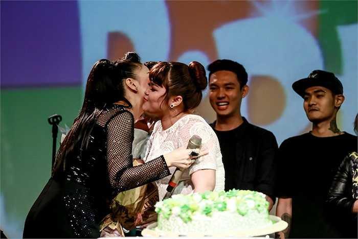 Trước đó, Thu Minh và các học trò đã cống hiến cho khán giả một đêm biểu diễn tưng bừng với các ca khúc sôi động và tình ca lãng mạn.