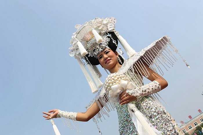 Một bộ áo cưới đính 10000 viên kim cương nhân tạo mới được ra mắt ở Tế Nam (Trung Quốc). Bộ áo cưới này cao tới hơn 1,2m, đôi giày có chiều cao 0,4m