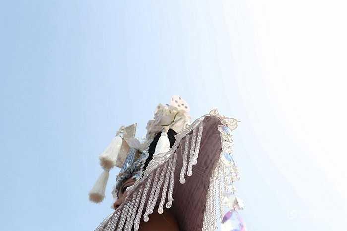 Các viên kim cương được đính ở trên vai, các sợi tua rua và trên hoa cầm tay cô dâu