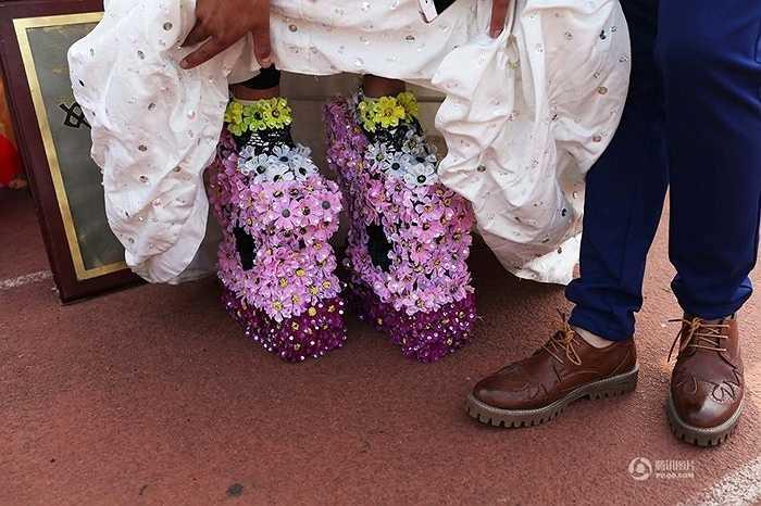 Đôi giày đặc biệt khá nặng nề nhưng độc đáo được lấy cảm hứng từ chiếc lọ hoa