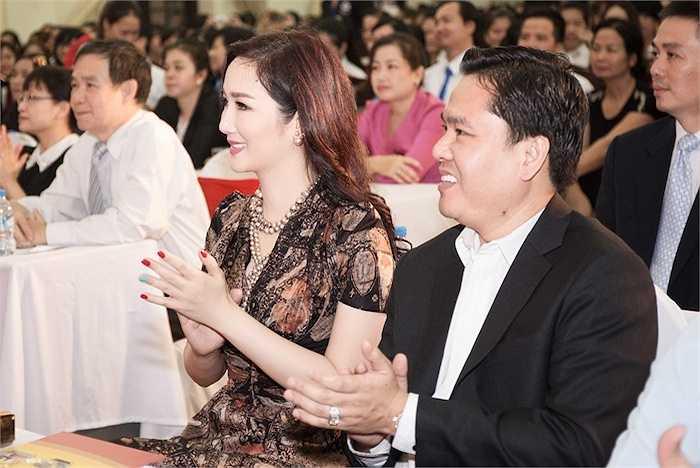 Vừa qua, cô đã cùng tập đoàn của mình trao tặng cho 23 ngôi nhà cho hộ nghèo của hai xã Cam Hiệp Nam và Cam Tân do UBND huyện Cam Lâm (Khánh Hòa)
