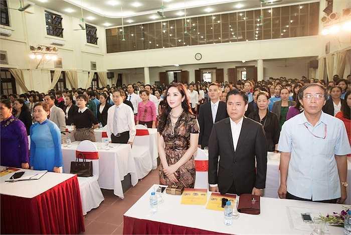 Trong dịp đến Khánh Hòa Hoa hậu đền Hùng Giáng My tranh thủ ghé thăm ngôi trường THPT Phan Bội Châu ở Cam Ranh và trao tặng 10 máy vi tính cho trường.