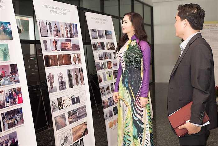 Người đẹp chăm chú ngắm nhìn những hình ảnh trong hội nghị.