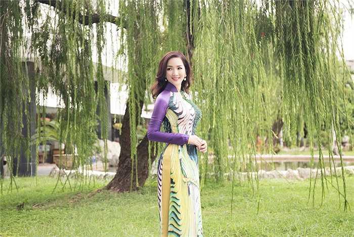 Cô khéo léo khoe đường cong trong trang phục truyền thống cách tân.