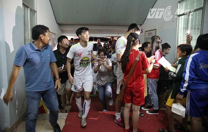 CĐV Khánh Hòa tràn vào đường hầm vây kín lối ra của các cầu thủ, đặc biệt là các cầu thủ HAGL.