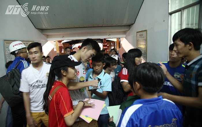 Xuân Trường ký tặng người hâm mộ trước khi vào phòng thay đồ sau trận đấu.